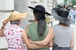 Карола и ее подруги оделись для жаркого дня в Нью-Йорке